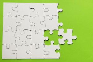 vue élevée puzzle en carton fond vert photo