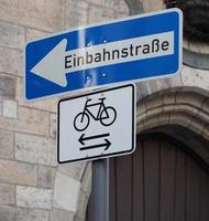 Panneau de signalisation à sens unique einbahnstrasse en allemand photo