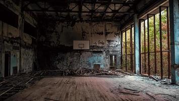 Pripyat, ukraine, 2021 - gymnase de l'école abandonnée à Tchernobyl photo