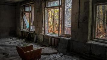 Pripyat, ukraine, 2021 - chaise face aux fenêtres dans une maison abandonnée à Tchernobyl photo