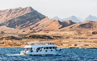 Charm el-Cheikh, Egypte, 2021 - bateau de croisière blanc près de la côte rocheuse photo