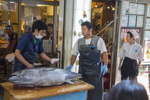 Tokyo, Japon, 2 octobre 2016 - personnes non identifiées au marché aux poissons de Tsukiji à Tokyo, Japon. tsukiji est le plus grand marché de gros de poissons et fruits de mer au monde. photo