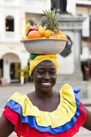 carthagène, colombie, 16 septembre 2019 - palenquera non identifiée, vendeuse de fruits dame dans la rue de carthagène. ces femmes afro-colombiennes viennent du village de san basilio de palenque, en dehors de la ville. photo