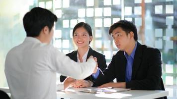 concept pour les demandes d'emploi, les cadres et les demandeurs d'emploi se serrant la main pour féliciter les choisis. photo
