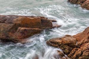 rochers et vagues au bord de la mer photo