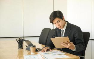 de nouveaux jeunes cadres examinent le rapport de performance de l'organisation. photo