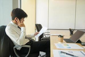 de jeunes cadres appellent pour vérifier les rapports de performance de l'organisation. photo