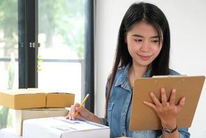 personnel féminin tenant des fichiers en main vérifiant le paquet. photo