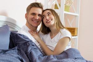 couple mignon se détendre sur le lit et s'embrasser, concept d'amour et de relations photo