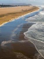 forte vague frappant la plage de l'océan pacifique. photo
