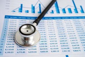 stéthoscope sur feuille de calcul, finance, compte, statistiques, investissement, feuille de calcul d'économie de données de recherche analytique et concept d'entreprise commerciale. photo