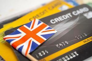 drapeau du royaume-uni sur carte de crédit. développement financier, compte bancaire, statistiques, économie de données de recherche analytique d'investissement, négociation en bourse, concept d'entreprise commerciale. photo