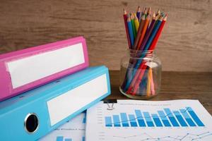 affaires de rapport financier de données de reliure et crayon coloré avec analyse graphique au bureau. photo