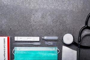 kit de test d'antigène salivaire avec espace de copie pour vérifier le coronavirus. photo