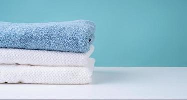 pile de serviettes propres sur fond bleu photo