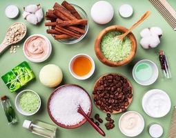 cosmétiques naturels et ingrédients spa vue de dessus sur vert photo