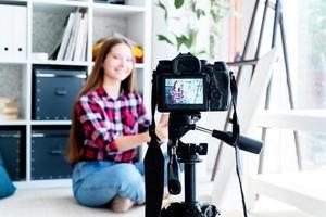 artiste adolescente faisant une vidéo pour son blog d'art photo
