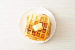 pile de gaufres au beurre et au miel photo