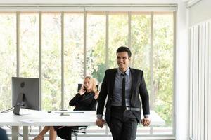 les hommes et les femmes d'affaires analysent les données et consultent diverses questions photo