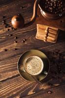 tasse de café vert avec moulin à café photo