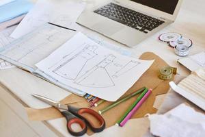 table de plans de ligne de vêtements à angle élevé avec atelier de ciseaux pour ordinateur portable photo