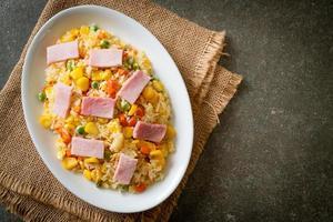 riz frit au jambon et légumes mélangés photo