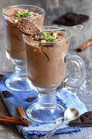 mousse au chocolat dans un verre.