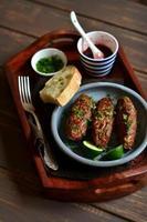 Brochettes avec sauce aux baies et coriandre dans un plateau vintage