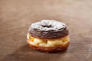 croissant à la crème et mélange de beignets photo
