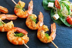 brochettes de crevettes grillées. photo