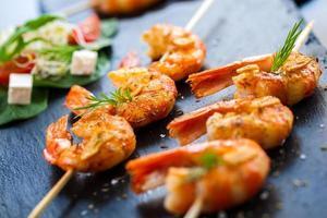 entrée de crevettes grillées sur brochette. photo