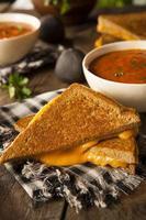 fromage grillé maison avec soupe aux tomates