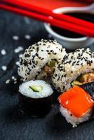 sélection de sushis sur ardoise noire photo