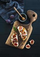 sandwichs à la ricotta, figues fraîches, noix et miel sur rustique photo