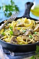 spaghetti aux champignons et oignons verts à la crème.