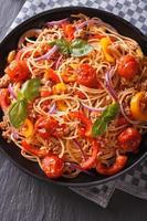 cuisine italienne: pâtes aux légumes gros plan. vue de dessus verticale