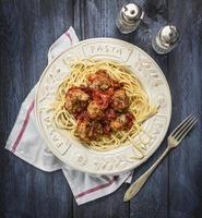 spaghetti boulettes de viande boeuf tomate pâtes fond rustique en bois, vue de dessus photo