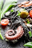 spaghetti bolognaise aux crevettes et herbes fraîches