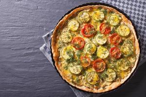 tarte aux légumes chaude faite maison. vue de dessus horizontale