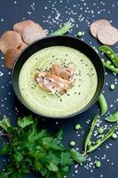 soupe verte saine avec jambon et petits pois