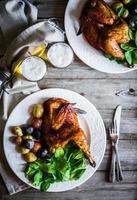 demi-poulet rôti avec pommes de terre et épinards