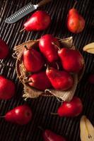 poires rouges biologiques crues photo