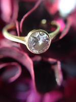 bague en diamant sur fond rose rouge photo