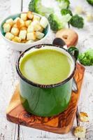 soupe à la crème maison avec brocoli et croûtons
