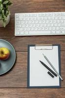 équipement d'affaires sur un bureau en bois photo