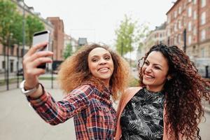 deux belles jeunes femmes prenant une photo ensemble