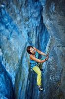grimpeur escalade une falaise