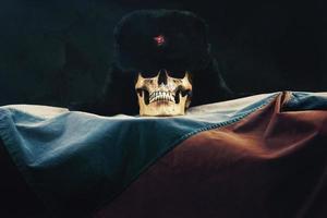 crâne avec le drapeau de la fédération de russie et vieux uschanka russe photo