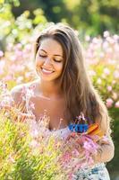 fleuriste femelle dans le jardin d'été photo