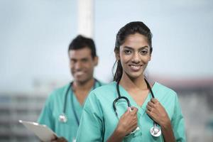 femme médecin indien avec son collègue